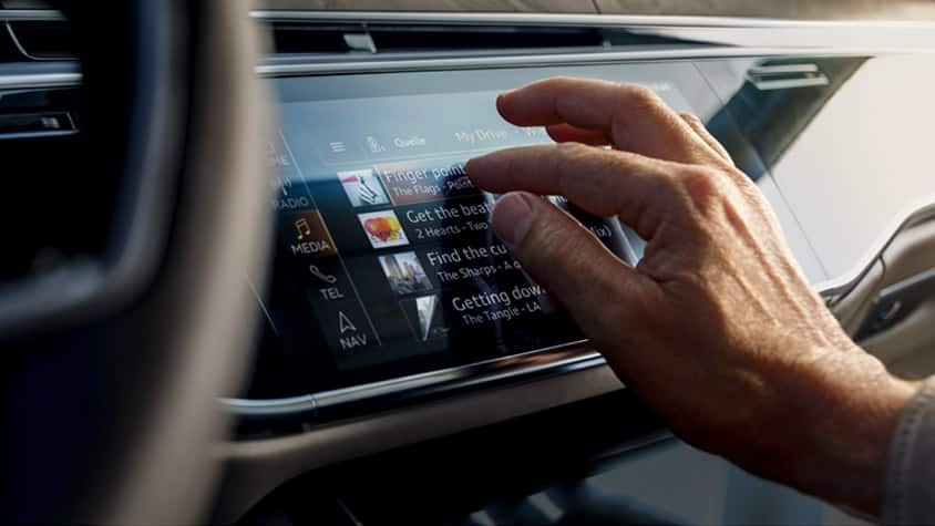 Audi MMI touch ha rivoluzionato le istruzioni per l'utente per mezzo di una chiarezza intuitiva e di una qualità sensoriale eccezionale.