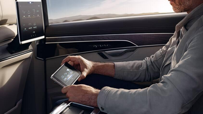 Come passeggero posteriore della nuova Audi A8, avrete il pieno controllo di tutte le funzioni di comfort e di intrattenimento