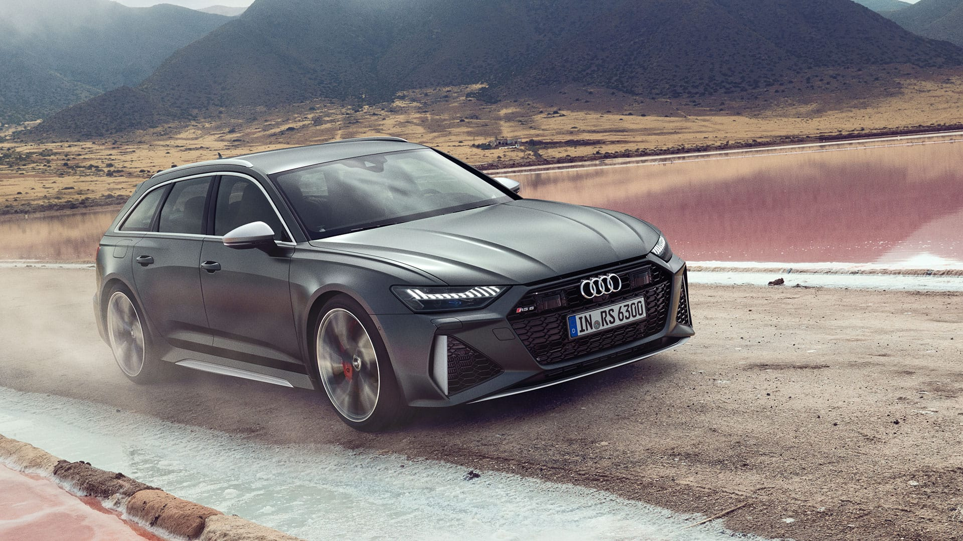 Audi RS 6 Avant in movimento, vista 3/4 laterale.